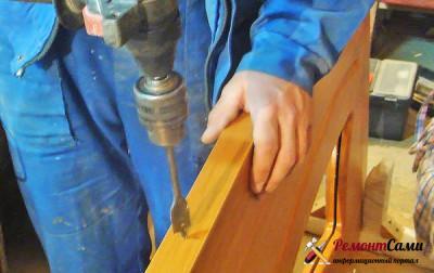 Врезка пером отверстий для установки замка