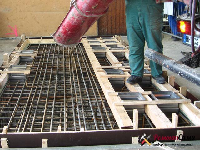 Заливка бетона в опалубку перекрытия