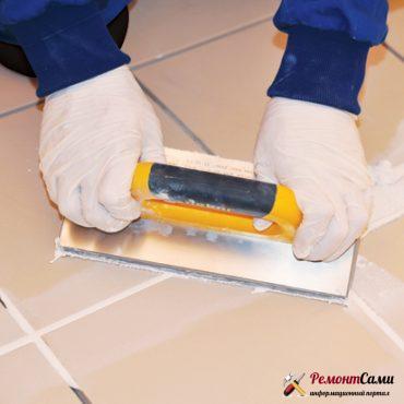 Нанесение затирки терку с резиновой накладкой