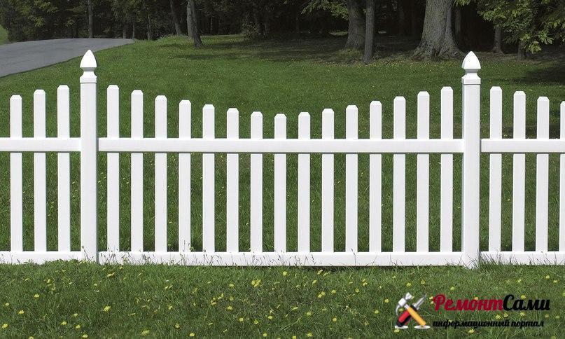Окрашенный белый забор