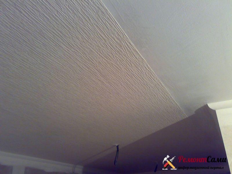 Потолки коридоров часто оклеивают обоями на флизелиновой основе
