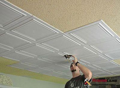 Как оклеить потолок пластиковой плиткой облегченного типа
