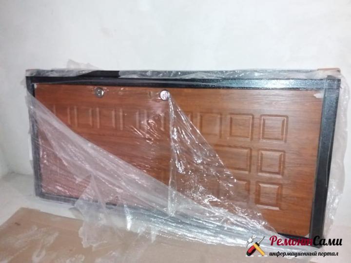 Новая железная дверь в упаковке