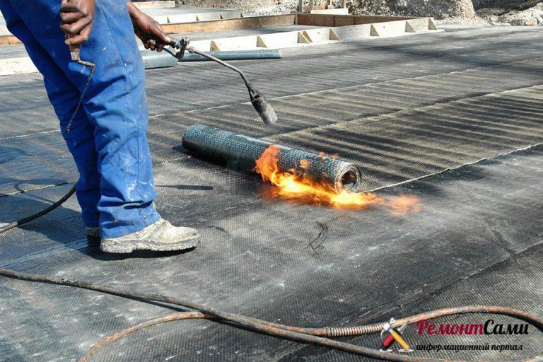 Укладка изоляционного слоя с помощью разогрева (размягчениям) одной стороны поверхности пропановой горелкой