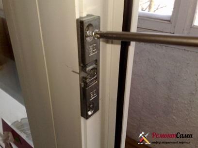Регулировка защелки на балконной двери