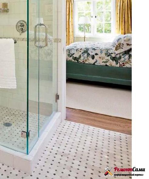 Мелкая плитка хорошо подходит для небольших комнат