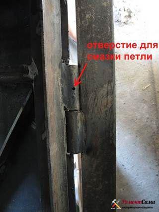 Смазанные петли привариваются к каркасу полотна двери