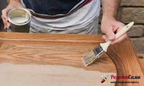 Нанесение грунтовки на деревянную дверь