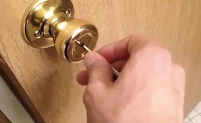 Открытие межкомнатной двери спицей для вязания