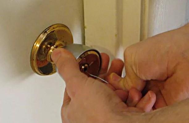 Открыть дверь скрепкой