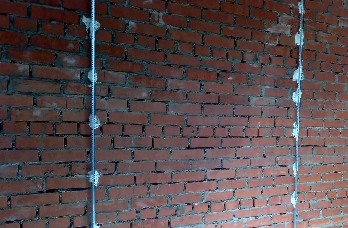 Стена с установленными маяками на саморезах