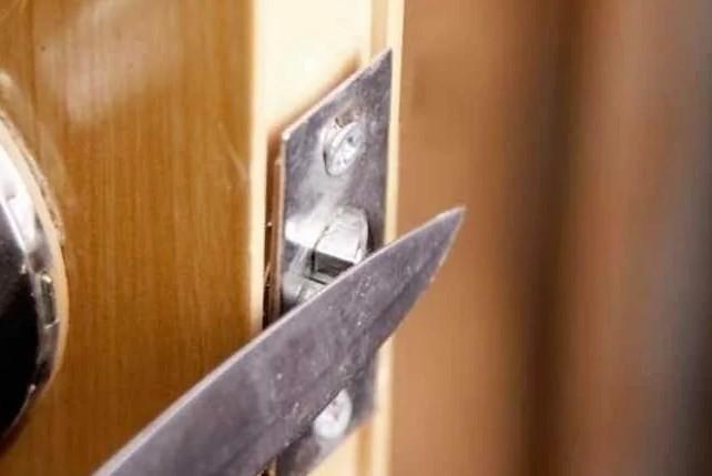 Открытие межкомнатной двери ножом