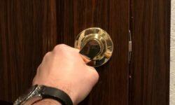 Как без ключа открыть замок межкомнатной двери