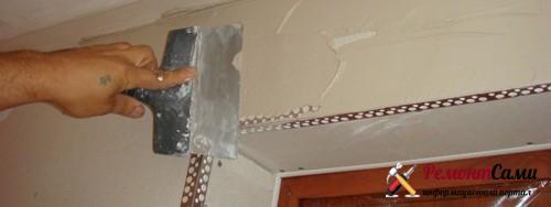 Шпатлевание стен рядом с проемом