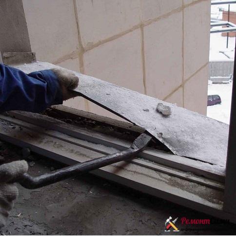 Демонтировать старые окна нужно аккуратно