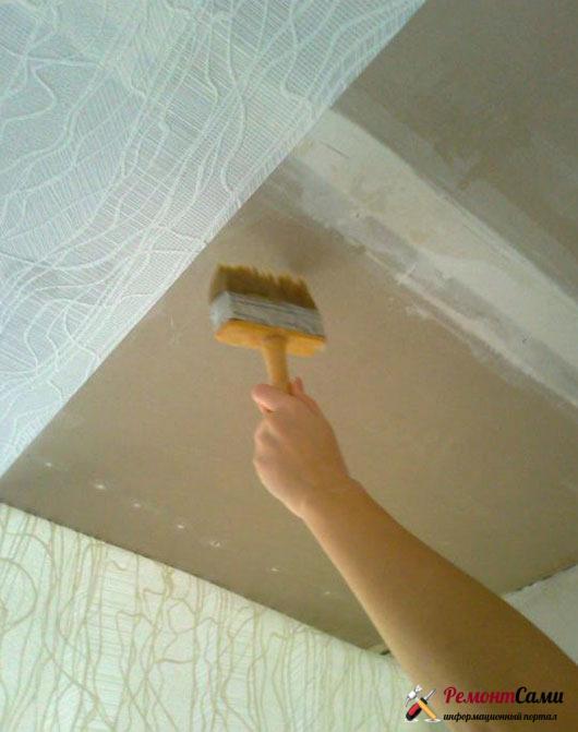 Покрываем потолок обоями