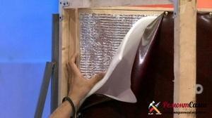 Для повышения эффективности утепления поверх поролона фольгированной стороной укладывается изолон
