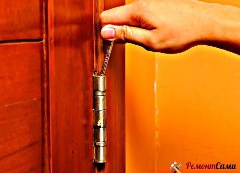 Первым делом нужно снять дверь с петель