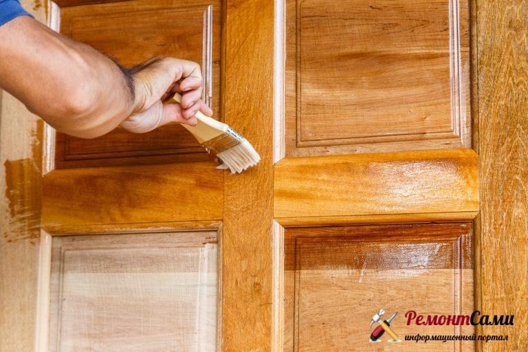 Покрытие морилкой двери