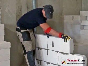 Тем же способом перегородку крепят к стене через каждые 2-3 новых ряда.