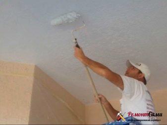 Грунтование потолка с помощью валика