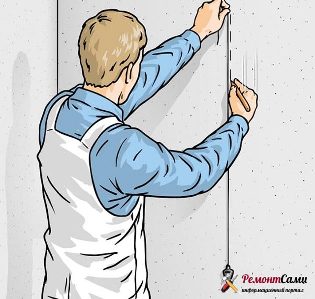 Отбивка вертикали на стене с помощью отвеса