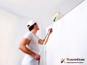 Покраска потолка с помощью валика