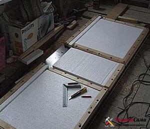 Если используется пенопласт, то он режется на отдельные части и укладывается между брусками каркаса двери