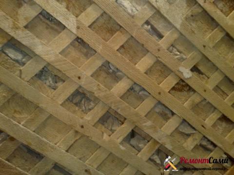 Дранка на деревянной стене