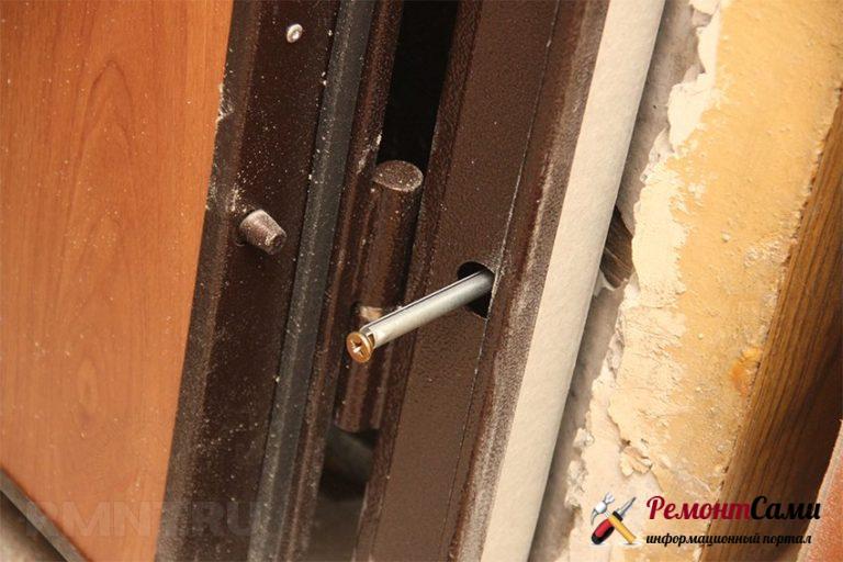 Крепление двери сквозь коробку