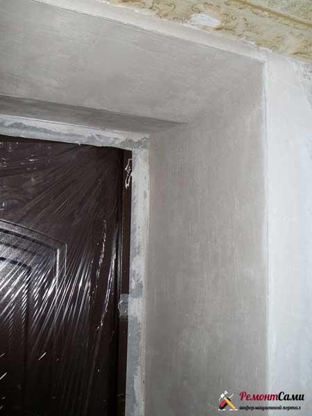 Отделка откосов входной двери штукатуркой