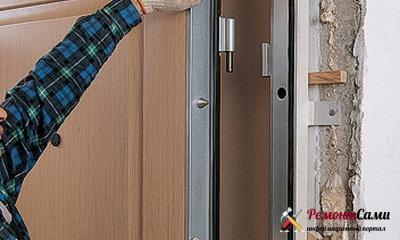 Навешивание полотна входной двери