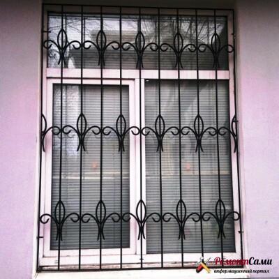 Глухая металлическая решетка на окне
