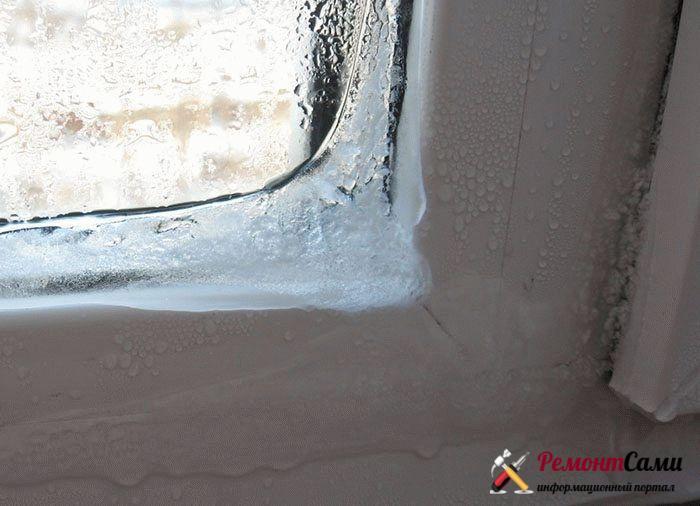 В холодное время года при неправильно установленном пластиковом окне можно увидет наледь