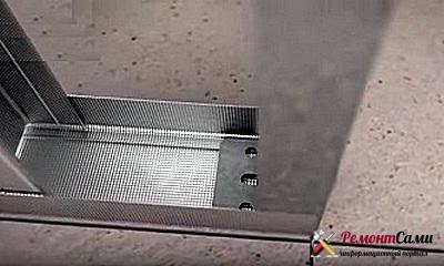 Стойки устанавливается в направляющие на уголки профили на потолке и полу