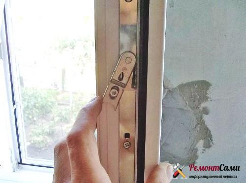 окно заклинило в открытом положении