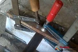 Затягивание металлических полос двумя струбцинами