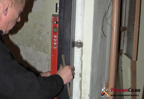 Проверка правильности установки дверной коробки при помощи уровня
