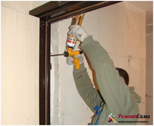 Заполнение зазоров металлической двери