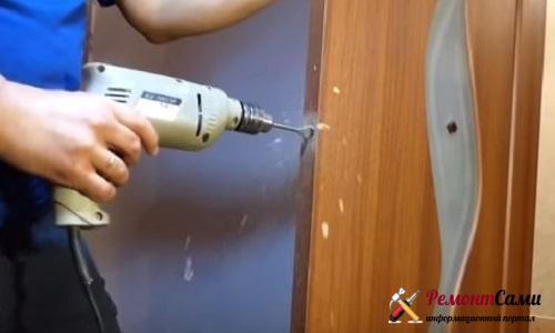 Просверливание отверстия дрелью с перьевым сверлом